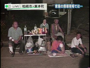 避難している人の中にはテントすらなくピクニック用のテーブル・セットだけで屋外で過ごしている方もいる。<br /> (TBS)