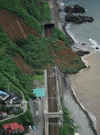 Yahoo!ニュース - 時事通信 - 地震・JR信越線の土砂崩れ現場(時事通信社)