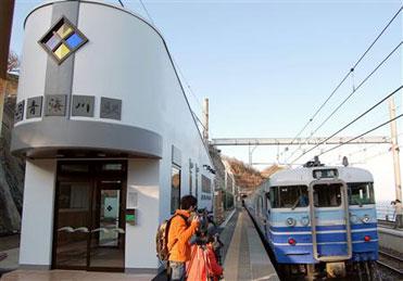 新潟県中越沖地震で被災し、復旧工事を終えて駅舎が新しくなったJR青海川駅を発車する電車=25日午前7時10分ごろ、新潟県柏崎市(MSN産経ニュース)