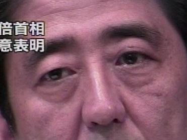 14時から行われた安倍総理の緊急記者会見では涙目になっていた(NHKの画面キャプチャ)。
