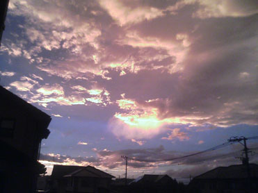 あたり一面の黄色い夕焼け(北九州市内にて18:25撮影)