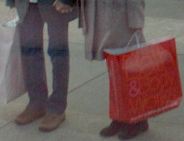 アジア人カップルを別アングルから見ると、なんとお土産の紙袋に「Bath & Body Works」と店名が書いてあることまで分かってしまう(コントラスト補正)