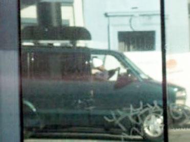 たまたまビルの窓に反射しているのが写っているGoogleの撮影車両(コントラスト補正してます)