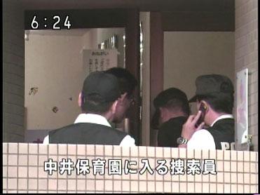 中井保育園の玄関→建物の2階(NHKニュースの画面キャプチャ)