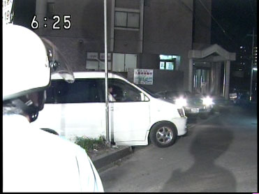 事件が起こったワンボックス車と中井保育園の入っている建物の入り口付近(NHKニュースの画面キャプチャ)