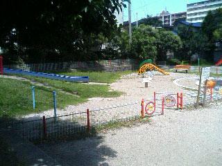 事件からちょうど2週間となる現場:たくさんの御供え物/もう一つの現場「公園」