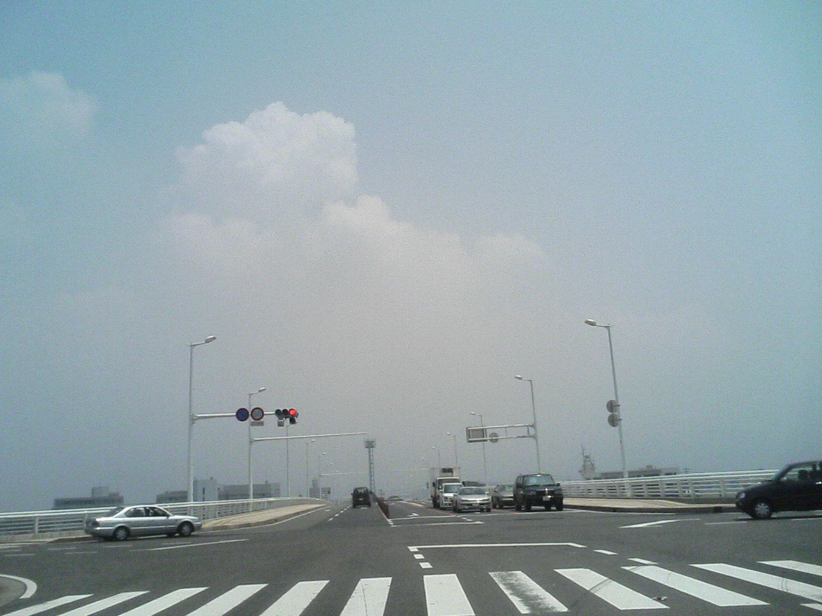 中間市内より皿倉山方面を臨む/空は真っ白!(12:35撮影)